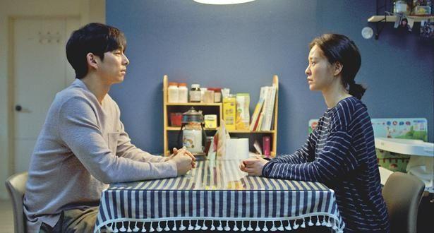 デヒョンは、不可解な行動をとる妻と向き合おうとする(『82年生まれ、キム・ジヨン』)