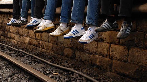 サポーターたちはアディダスのスニーカーは履いてスタジアムに通ったという(『アウェイデイズ』)