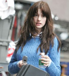 ダサセーター姿のアン・ハサウェイも魅力的!