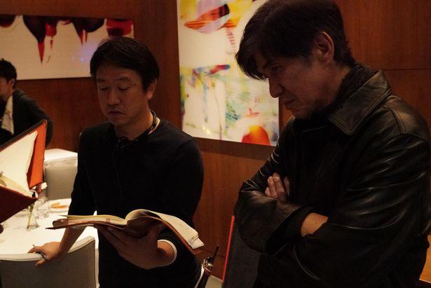 【写真を見る】佐藤浩市、主演『サイレント・トーキョー』現場で見せるさすがのオーラ!