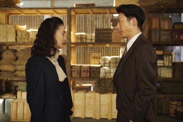 神戸で貿易会社を営む福原優作(高橋一生)は、妻の聡子(蒼井優)と、神戸の洋館で暮らしていた