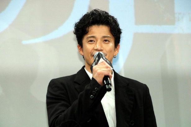 新聞記者、阿久津英士役の小栗旬