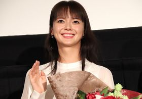 多部未華子、岩田剛典のまじめさに「勉強熱心で焦りました」腕いっぱいの花束贈呈も!