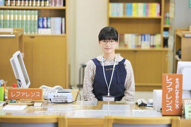 吉井さくら(小芝風花)は、地元の図書館で新人司書として働き始める
