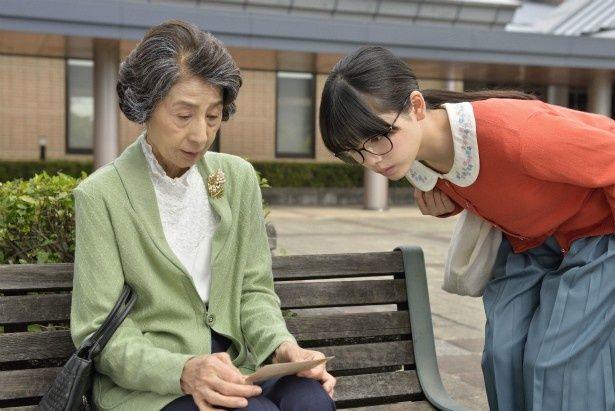 図書館を訪れた老婦人・芦高礼子(香川京子)とさくらが交流していく