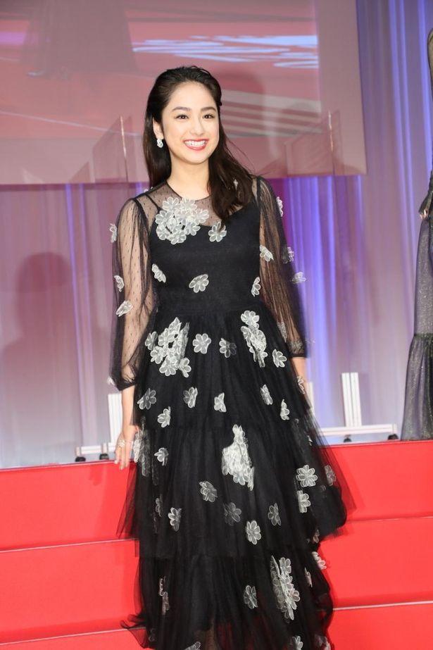 平祐奈がブラックドレスで登壇!
