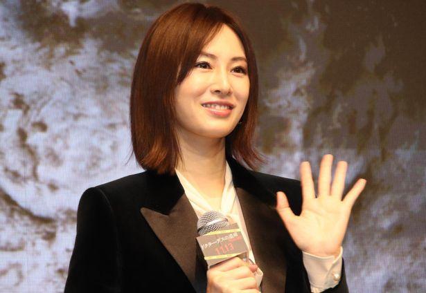 笑顔で手を振る北川景子