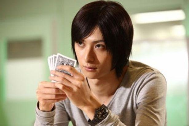 7年前の秋山深一(松田翔太)を演じる古川雄大