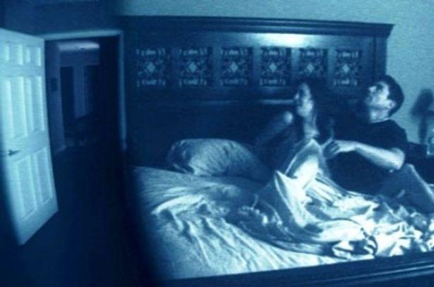 ベッドの中で怯える男女。扉の奥にはいったい何が!?