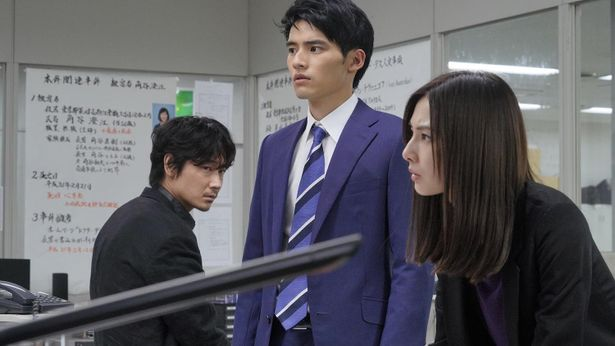 新米刑事の沢田を岡田健史が演じている