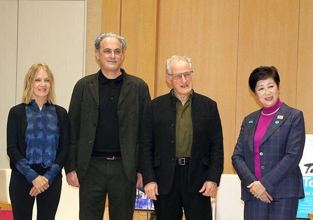 ロケーション・スーパーバイザーのジャニス・ポーリー、エグゼクティブ・プロデューサーのジョン・レッシャー、マイケル・マン監督、小池百合子都知事(左から)