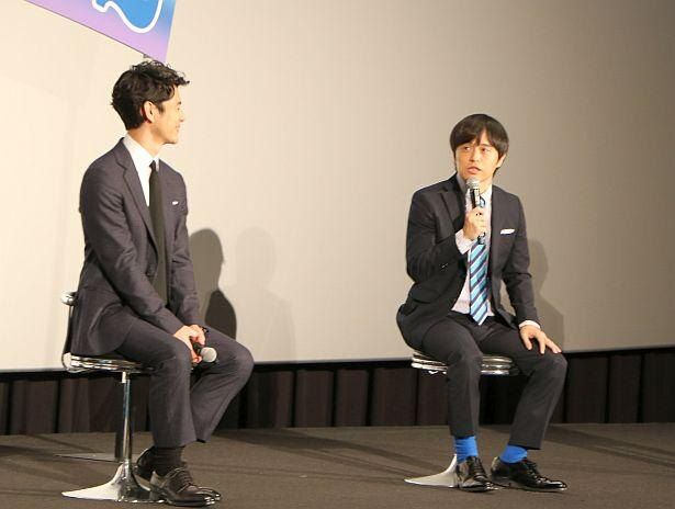 ネクタイも靴下も青で揃えてきたバカリズム