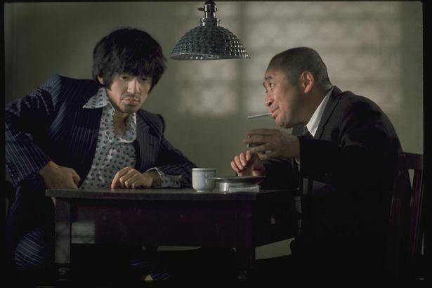 1970年に映画俳優デビューを飾り、1976年にプロデューサー業をはじめた岡田会長