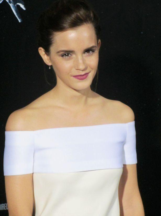 ディオールの白いドレスを着たエマが「美しい」と絶賛されている