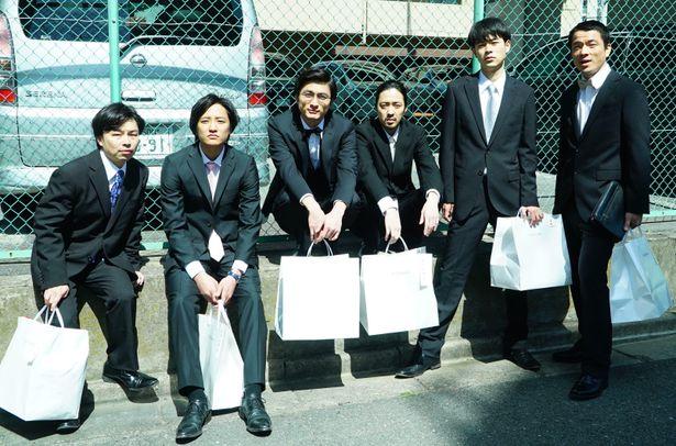 成田、高良健吾、若葉竜也、浜野謙太、藤原季節、目次立樹が高校時代の仲間を演じる