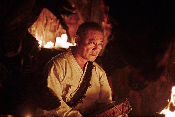 """日本から来た""""よそ者""""を演じている國村。その正体は一体…"""