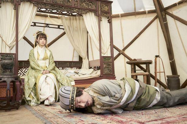【写真を見る】橋本環奈演じる黄夫人に頭が上がらないムロツヨシ扮する孔明