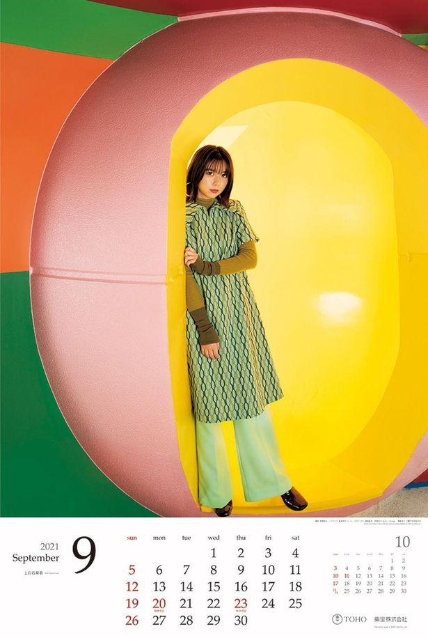 上白石萌歌はユニークなレトロテイストのファッションで9月を飾っている