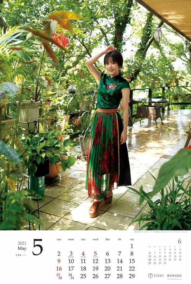 5月の昆夏美は、鮮やかな緑を基調とした衣装に身を包んでいる