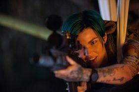 全身タトゥー&緑色ヘアーがカッコいい!お騒がせ同性愛者モデルの正体とは?