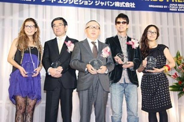 「第22回 日本メガネベストドレッサー賞」の表彰式に出席したスザンヌ、石坂浩二、柳井正氏、唐沢寿明、井上真央(左から)