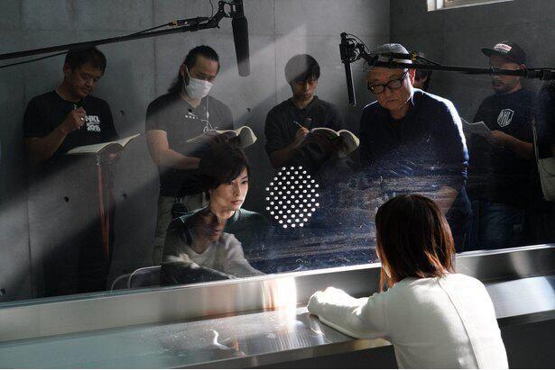 取調室のシーンで、堤監督から指示を受ける芳根と北川景子