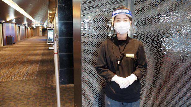 マスクとフェイスガード、手袋をして観客を迎え入れるスタッフ(6月に営業再開時のTOHOシネマズ日比谷にて)
