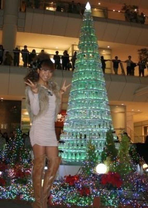 点灯式に登場した青山テルマさんは、クリスマスは外に出てイルミを見ることが多いのだとか。バックにあるツリーがテルマさんの曲に合わせて点滅する
