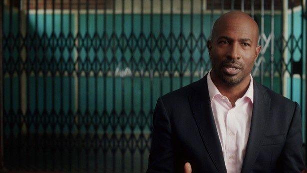 アフリカ系アメリカ人の識者や元受刑者のインタビューから人種差別問題と刑務所制度の関係性を掘り下げる