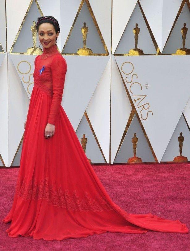 ドラマティックなドレスで登場したルース・ネッガ