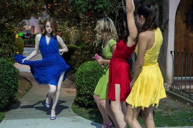 エマ・ストーンがノリノリで踊りながらパーティへ!