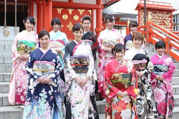 【写真を見る】花園神社でグラドル10名が晴れ着姿を披露!