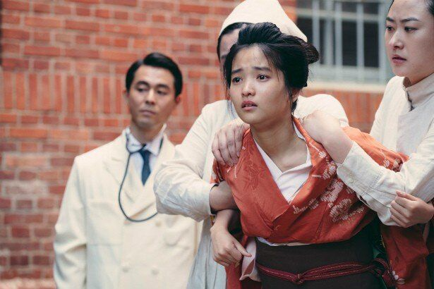 華族令嬢・秀子のもとへメイドとしてやってきた孤児の少女スッキ(キム・テリ)