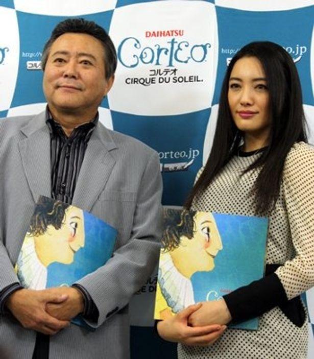 シルク・ドゥ・ソレイユによるスーパーサーカス「コルテオ」の東京最終公演初日を観劇したコルテオサポーターの小倉智昭さんと、女優の仲間由紀恵さん