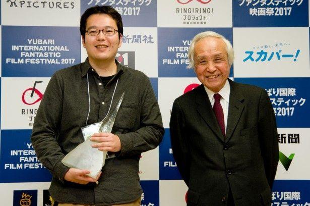 今年のゆうばり映画祭でオフシアター・コンペティション部門のグランプリを獲得した永山正史監督と審査委員長の内藤誠監督