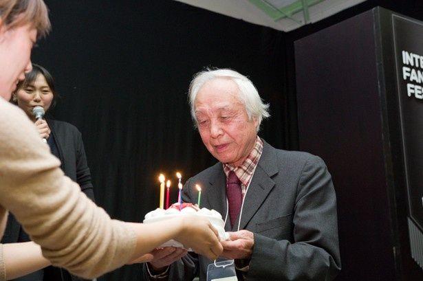 バースデーケーキを贈られた内藤監督