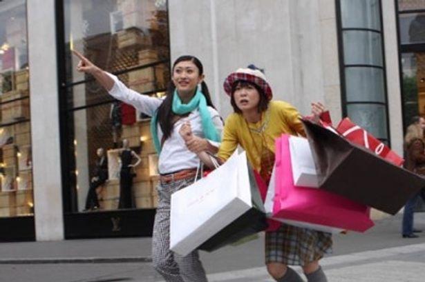 大量の買い物袋を抱えて挙動不審