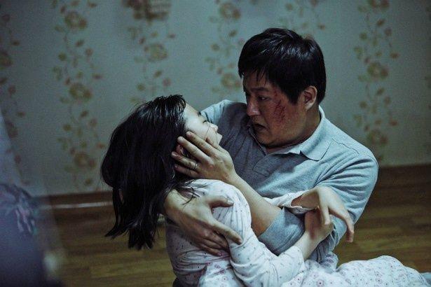 事件を担当する村の警官ジョング(クァク・ドウォン)は、自分の娘に殺人犯たちと同じ湿疹があることに気付く