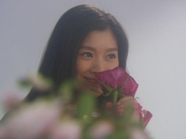 人生初のフラワーアレンジメントを楽しむ篠原涼子