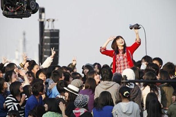 """自らビデオを持って3000人の""""ガッキー団""""を撮影した新垣結衣"""