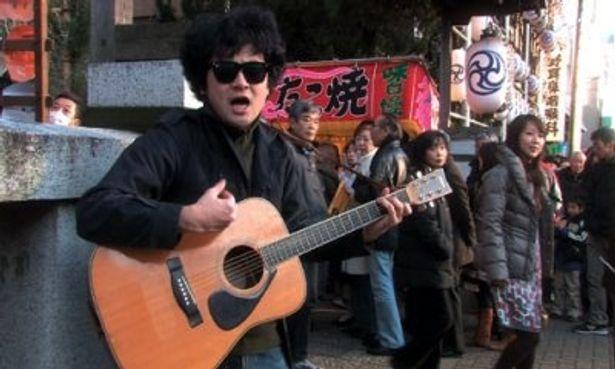 ギターを片手に、前野健太が吉祥寺の街を歌い歩く