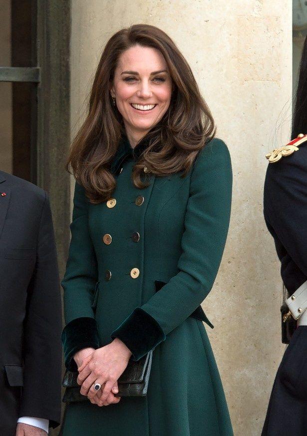 ダークグリーンのドレスコートを着たキャサリン妃