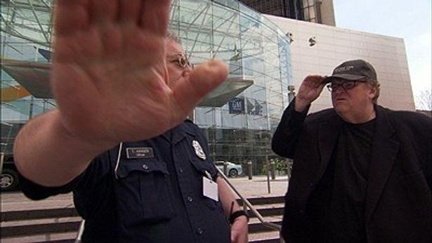 強行取材をかけるマイケル・ムーア監督に「撮影をやめろ!」と妨害が入る!