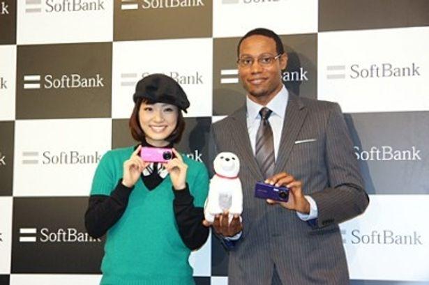 ソフトバンクの新商品発表会に出席した上戸彩、ダンテ・カーヴァー