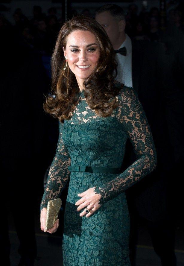 ステキなドレス姿で登場したキャサリン妃