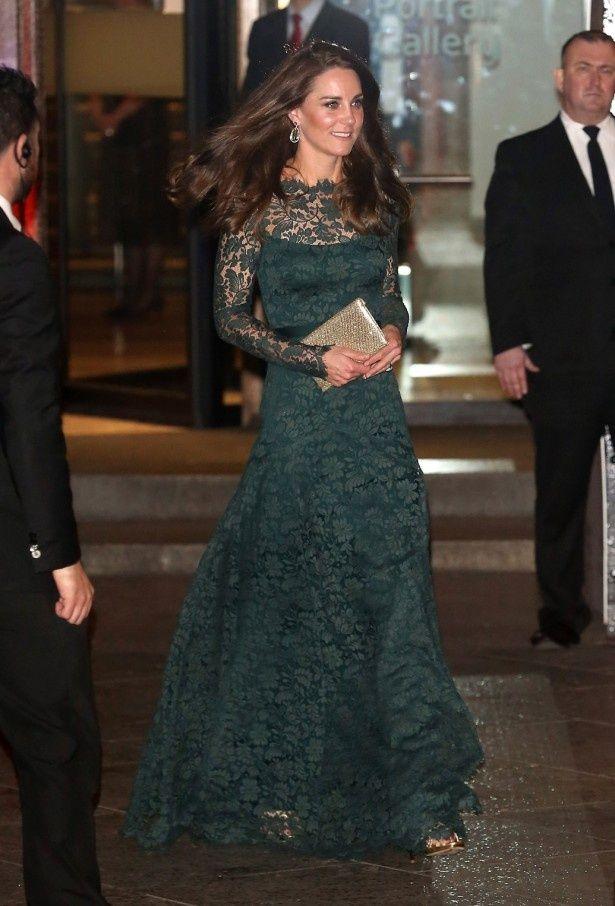 【写真を見る】テンパリーロンドンのドレスを着たキャサリン妃の全身ショット