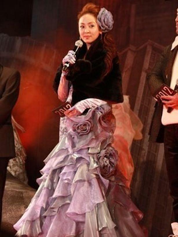 自らデザインした「Scena D'uno」のゴージャスなドレスで登壇した神田うの
