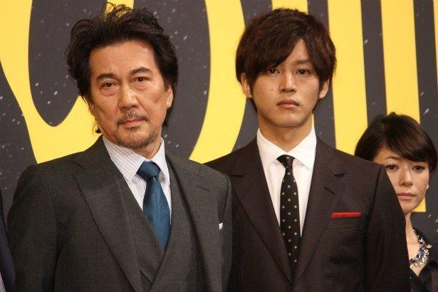 『孤狼の血』の製作発表会見に登壇した役所広司と松坂桃李
