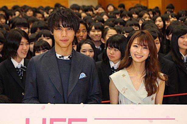 中川大志と岡崎紗絵が学校へ!