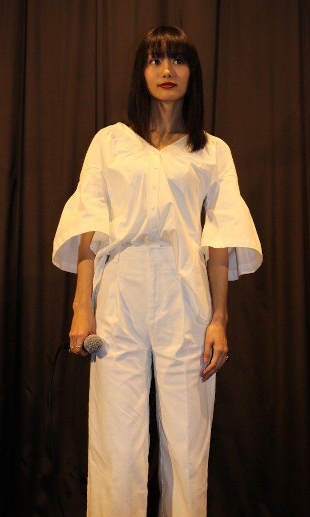 【写真を見る】忽那汐里、ふわりとした袖が素敵!真っ白なパンツルックで登場